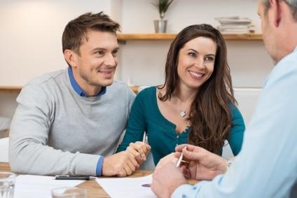 szczęśliwa para bierze kredyr