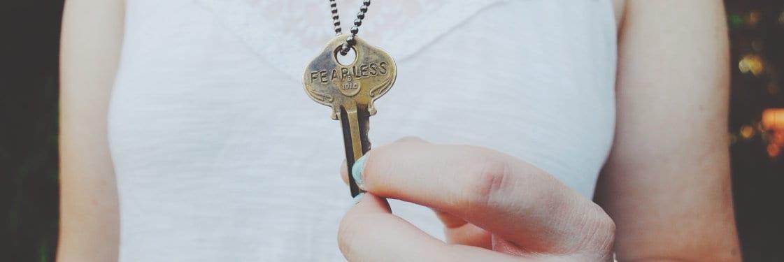 Kobieta trzyma klucz zawieszony na szyi
