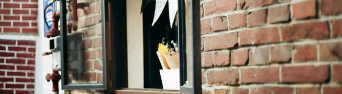 Okno w ścianie z cegieł