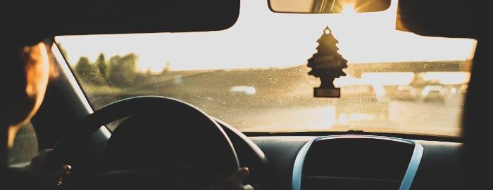 Mężczyzna kieruje samochodem