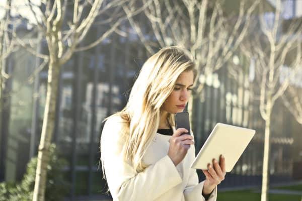 Kobieta wpatruje się w tablet