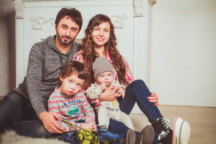 Ojciec, matka i dwoje małych dzieci
