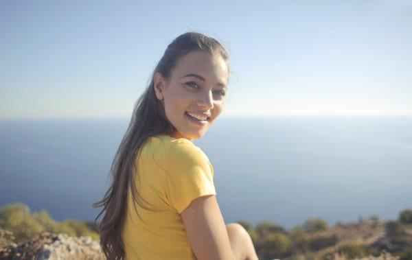 Kobieta odwaraca się do aparatu i uśmiecha się