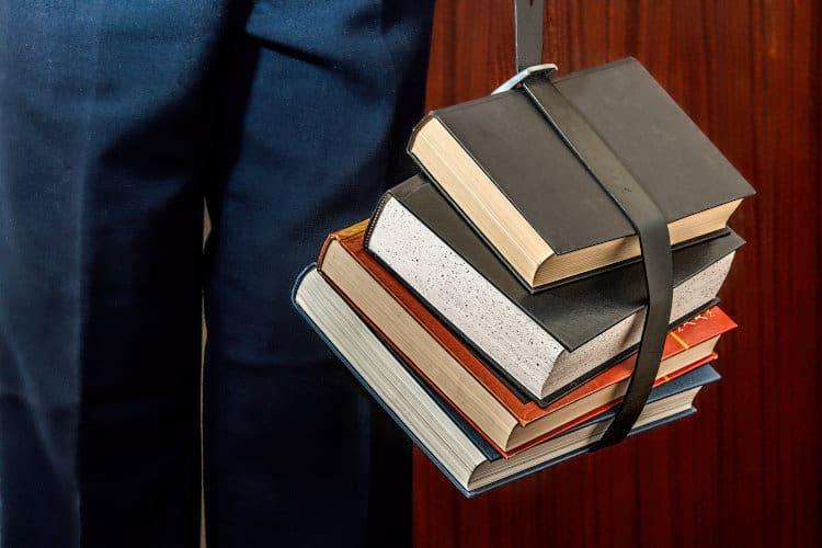 Książki studenta spięte paskiem