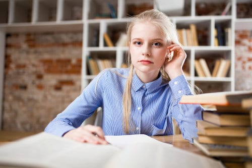 Studentka robi notatki
