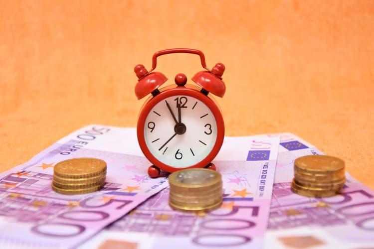 Banknoty euro i mały zegarek