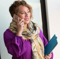 Kobieta rozmawia przez telefon komórkowy