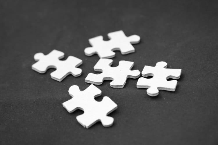 Kilka białych puzzli