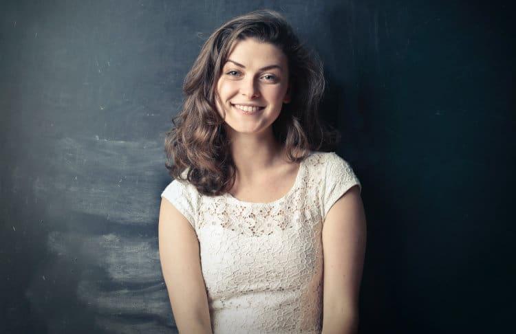 Uśmiechnięta kobieta w białej bluzce