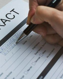 Kobieta wypełnia formularz