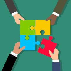 Ilustracja prezentująca ludzi składających puzzle